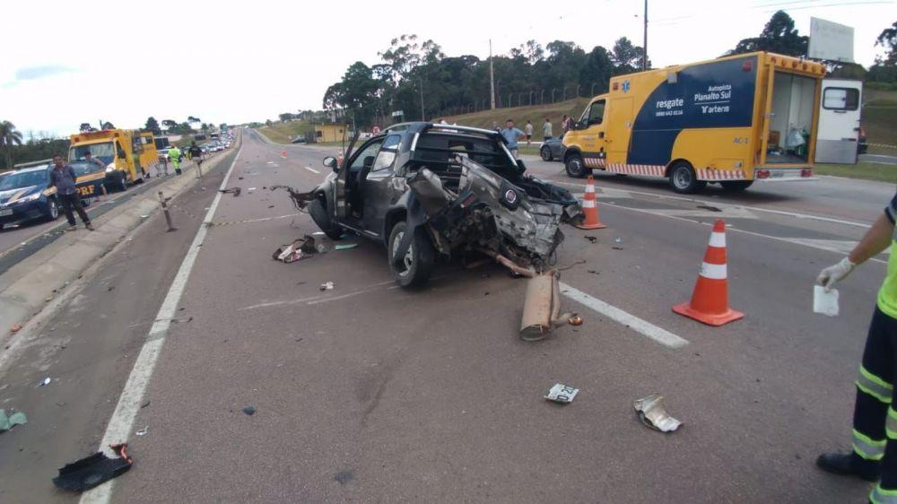Motorista, de 45 anos, ficou preso nas ferragens. Já o passageiro, de 55 anos, foi ejetado para fora do carro com a batida — Foto: Divulgação/PRF