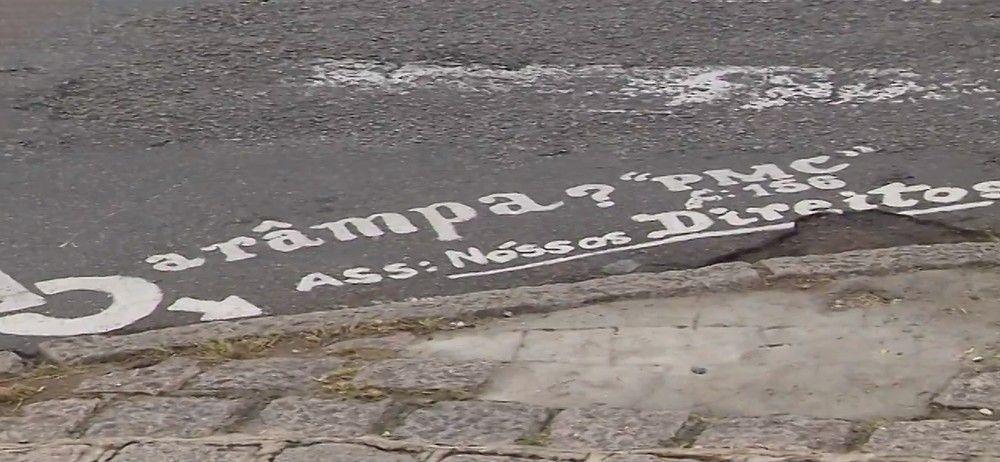"""Moradores pintaram no meio fio da rua um pedido de ajuda, com a seguinte frase: """"Cadê a rampa?! Ass: Nossos direitos"""" — Foto: Reprodução/RPC"""