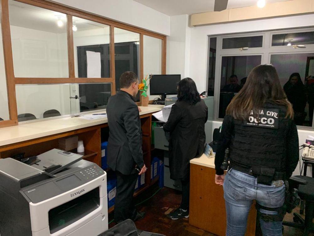 Os investigadores cumpriram os mandados na casa dos envolvidos e também no IML e em empresas (foto divulgação Polícia Civil)