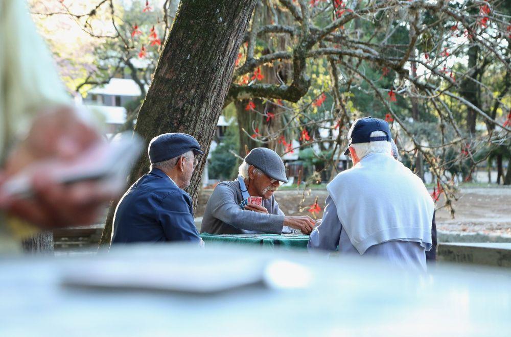 Grupo composto por homens de 50 a 90 anos se encontra de segunda a sexta-feira para jogar baralho, dominó e conversar — Foto: Giuliano Gomes/PR Press