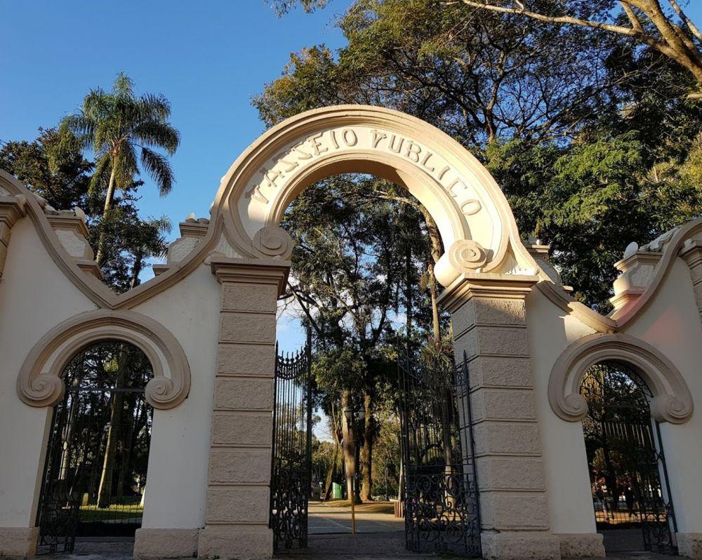 Os portões do Passeio Público foram inspirados no portão do Cemitério de Cães de Paris — Foto: Natalia Filippin/G1