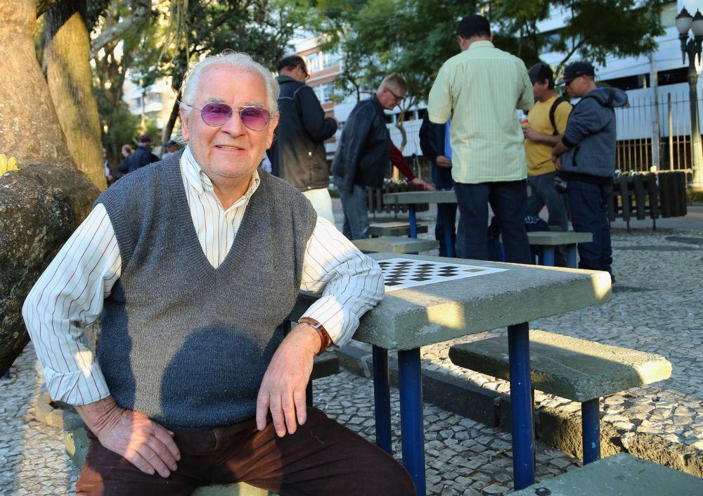 João Chiucu, de 82 anos, é um dos jogadores assíduos. Segundo ele, joga no parque há cerca de 50 anos — Foto: Giuliano Gomes/PR Press