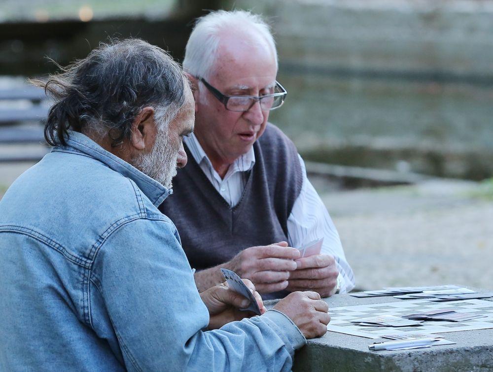 O jogo de cartas favorito é a tranca, mas há também parceiros para partidas de truco, pife, dominó e, algumas vezes, até xadrez — Foto: Giuliano Gomes/PR Press