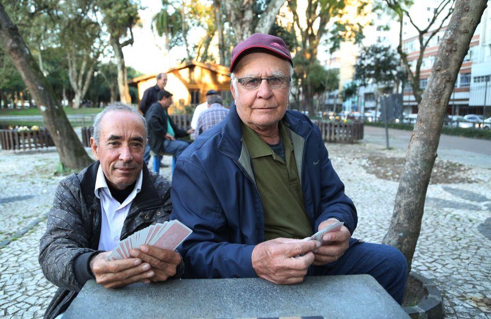 José de Oliveira, de 57 anos, e João Pedroso, de 69, no Passeio Público de Curitiba — Foto: Giuliano Gomes/PR Press