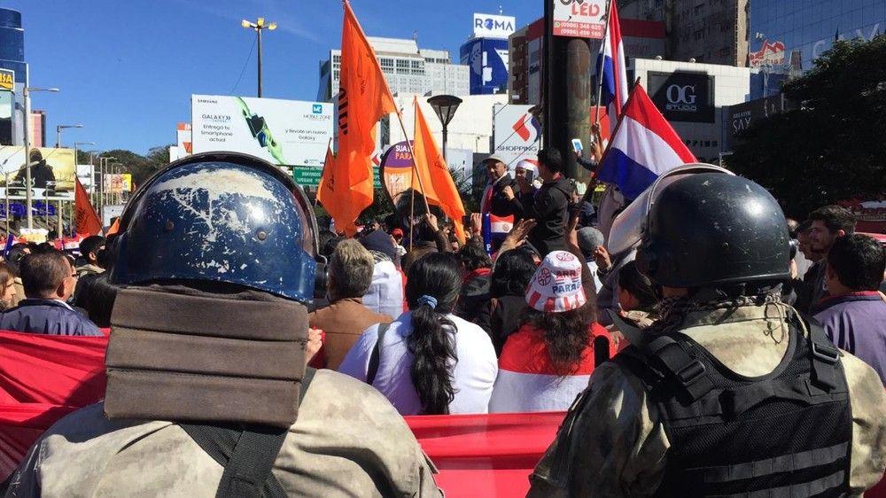 O ato no centro de importados de Ciudad del Este é pacífico — Foto: Bruna Kobus/RPC
