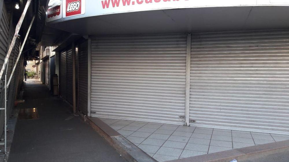 A maioria das lojas de importados de Ciudad del Este fechou as portas na manhã desta quarta-feira (14) — Foto: José Roberto Alves/RPC