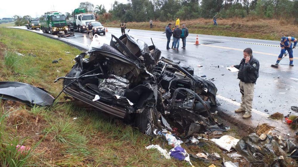 As três vítimas estavam em um carro com placas de Icaraíma, no noroeste do Paraná — Foto: Fábio Ângelo/RPC Ponta Grossa