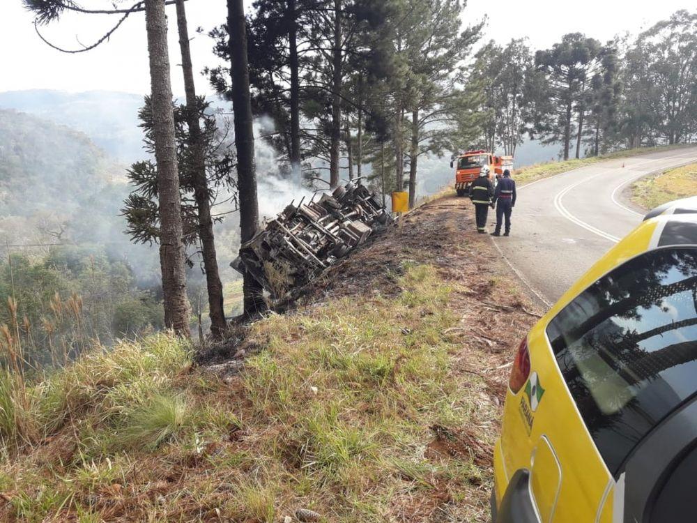 Motorista abandonou caminhão após o acidente, segundo os bombeiros — Foto: Polícia Rodoviária Estadual/Divulgação