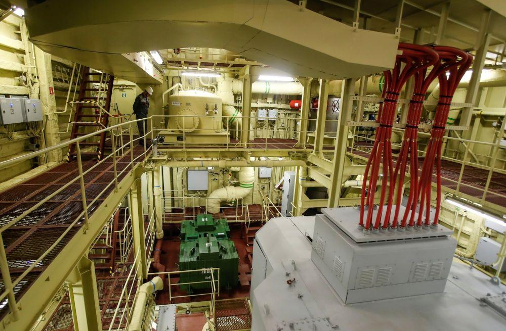 Interior de usina nuclear flutuante da Rússia — Foto: Maxim Shemetov/Reuters