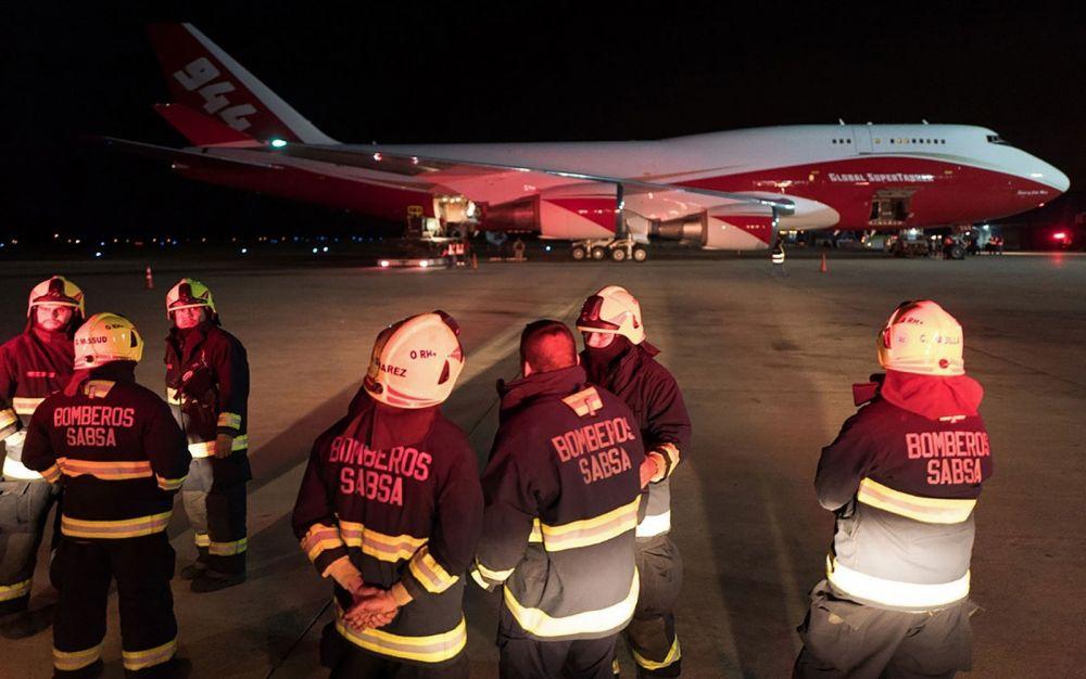 Imagem divulgada pela presidência boliviana do avião Supertanker após sua chegada ao aeroporto de Viruviru, em Santa Cruz de la Sierra, na madrugada de sexta-feira (23 — Foto: HO/Bolivian Presidency/AFP