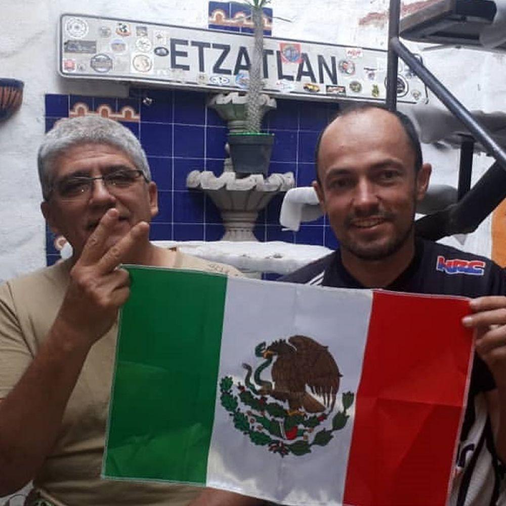 Pessoas como Miguel Urista (E) recebem motociclistas em viagem