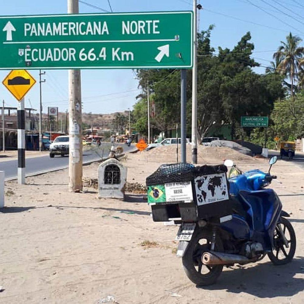 Alfredo viaja com a moto e um pequeno bagageiro onde leva barraca
