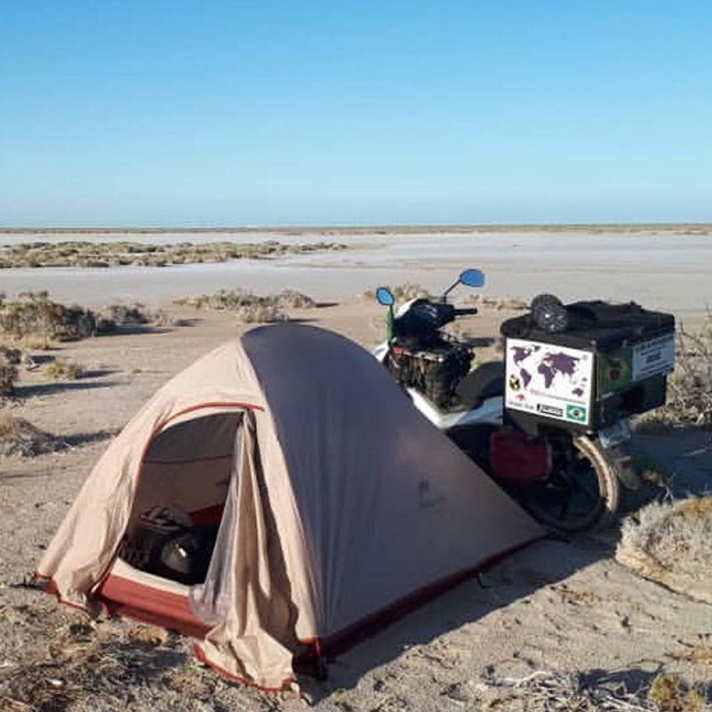 Integração com a natureza: camping no deserto a caminho da fronteira do EUA