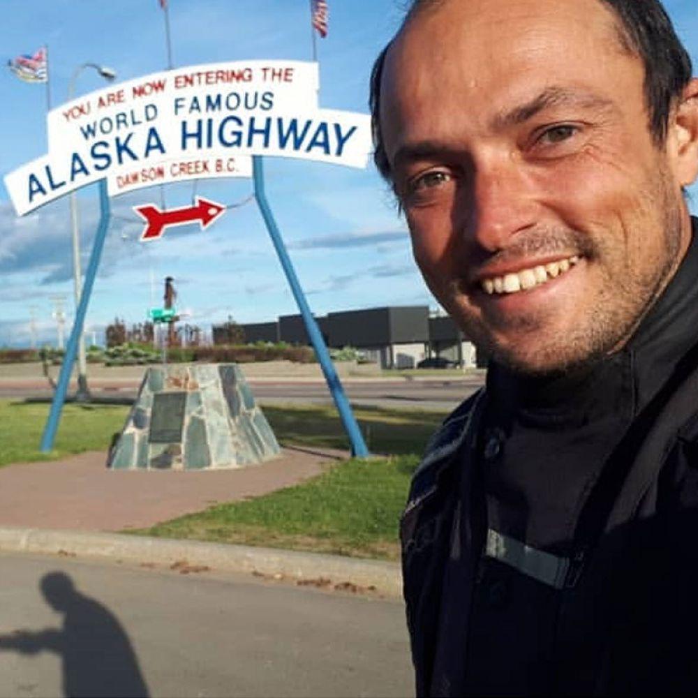 Dentro dos EUA, na entrada da rodovia que leva para o Alasca