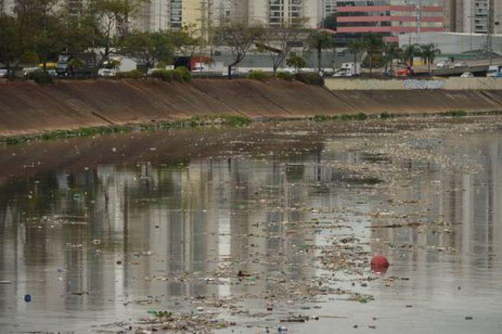 Acúmulo de lixo no rio Tietê, após chuva durante a manhã. - Rovena Rosa/Agência Brasil