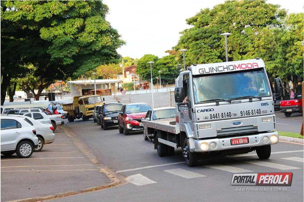Caminhoneiros fazem carreata no Centro de Pérola