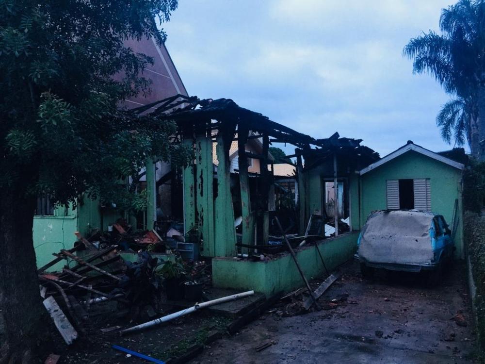 Homem foi preso por colocar fogo em casa com mulher dentro dela, no Capão Raso, em Curitiba — Foto: Elcio Branco/RPC