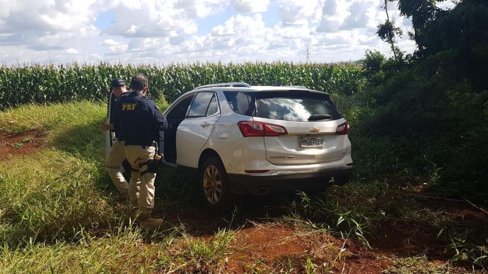 Motorista abandonou o carro com os cigarros em uma plantação de milho na BR-467 — Foto: Divulgação/PRF