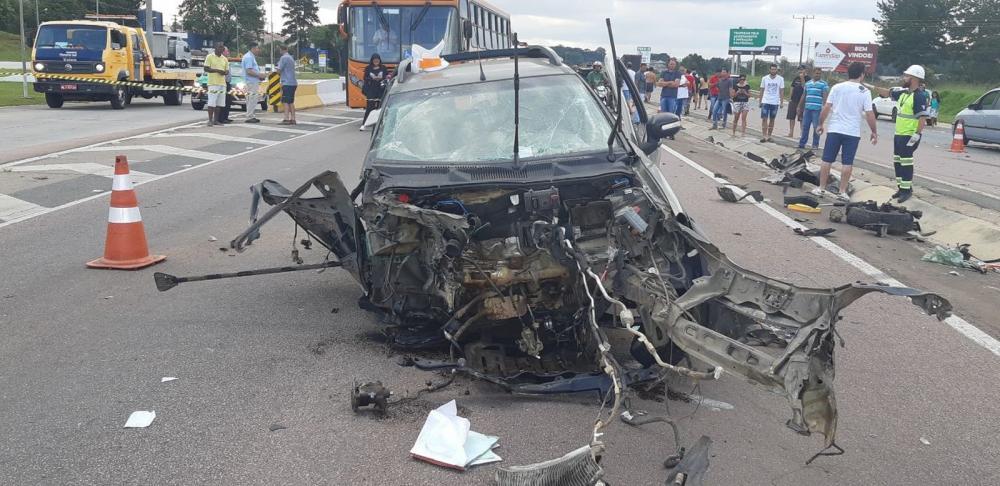 Motorista perde o controle, atravessa pista e bate de frente com um caminhão, na BR-116 — Foto: Divulgação/PRF