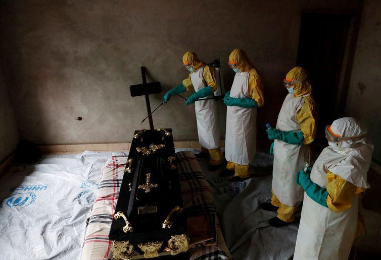 Funcionários do governo tentam combater o Ebola no Congo (REUTERS/Goran Tomasevic / direitos reservados)