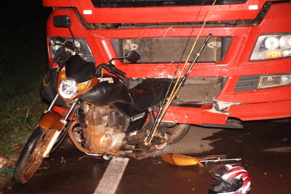 Motocicleta ficou enroscada na parte da frente do caminhão após o acidente, segundo a PRF — Foto: Tribuna Interativa