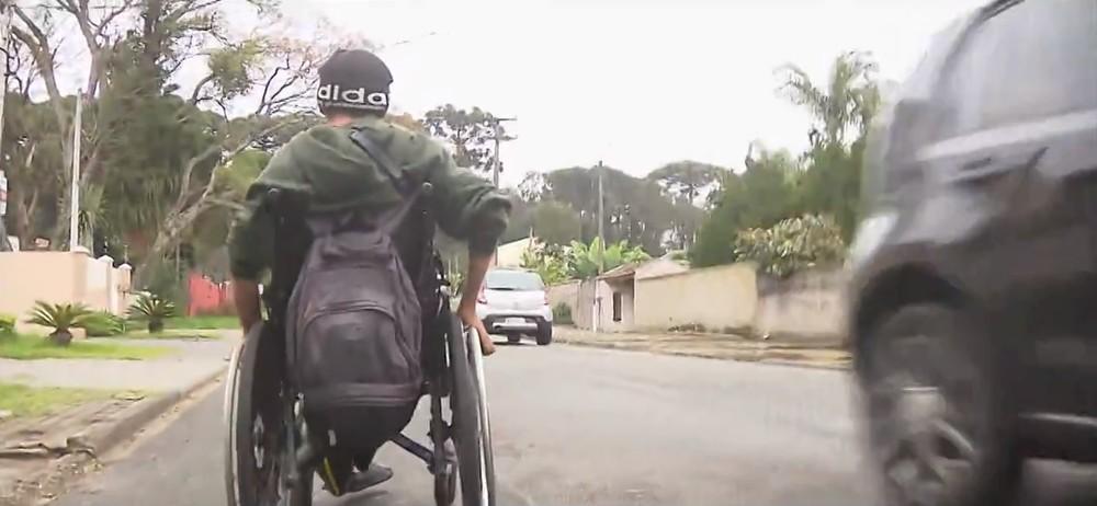Ronaldo precisa ir com a cadeira de rodas pela rua, se arriscando em meio aos carros — Foto: Reprodução/RPC