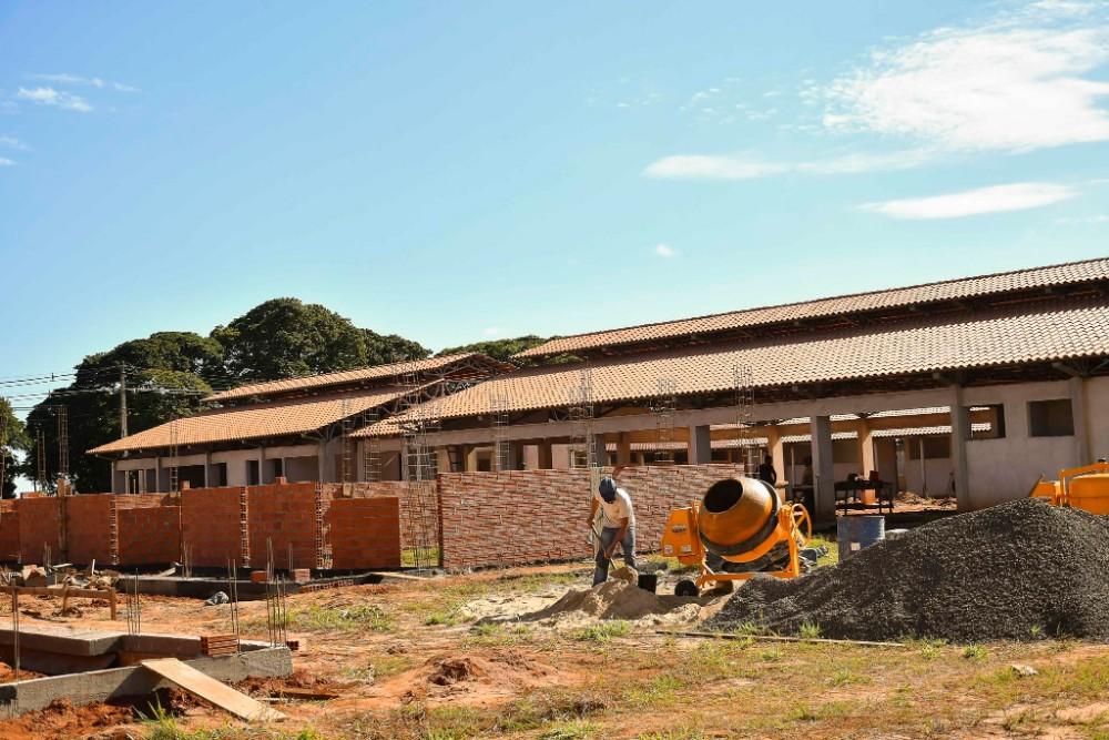 Construção da escola da Zona Seis em Umuarama é retomada e ganha ritmo