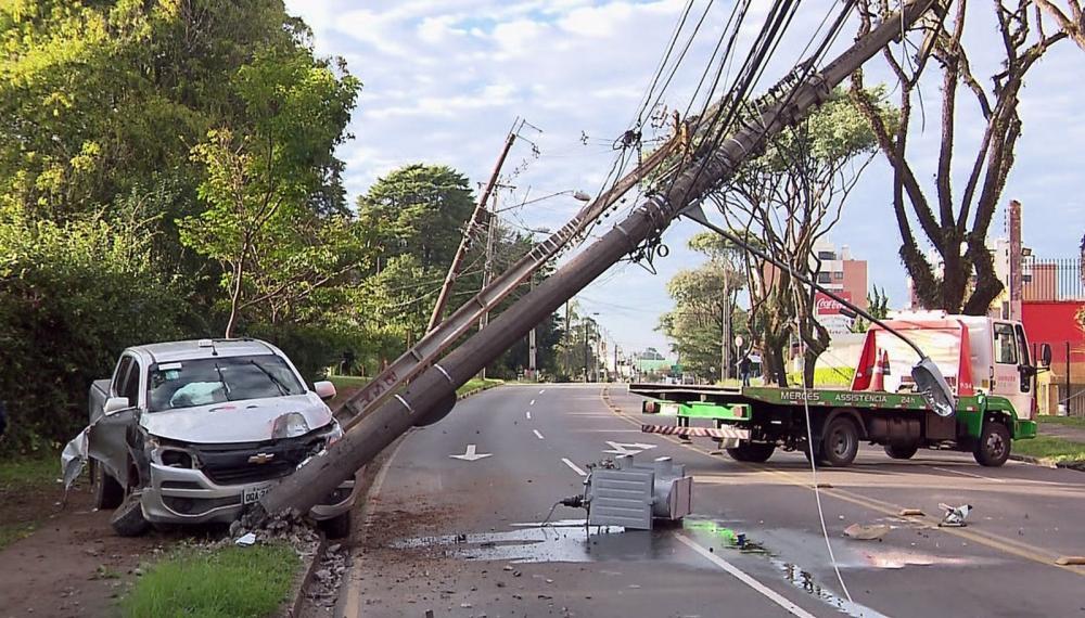 Carro bateu em um poste na manhã desta segunda-feira (27). Com o impacto, outros dois postes caíram. — Foto: Reprodução/RPC