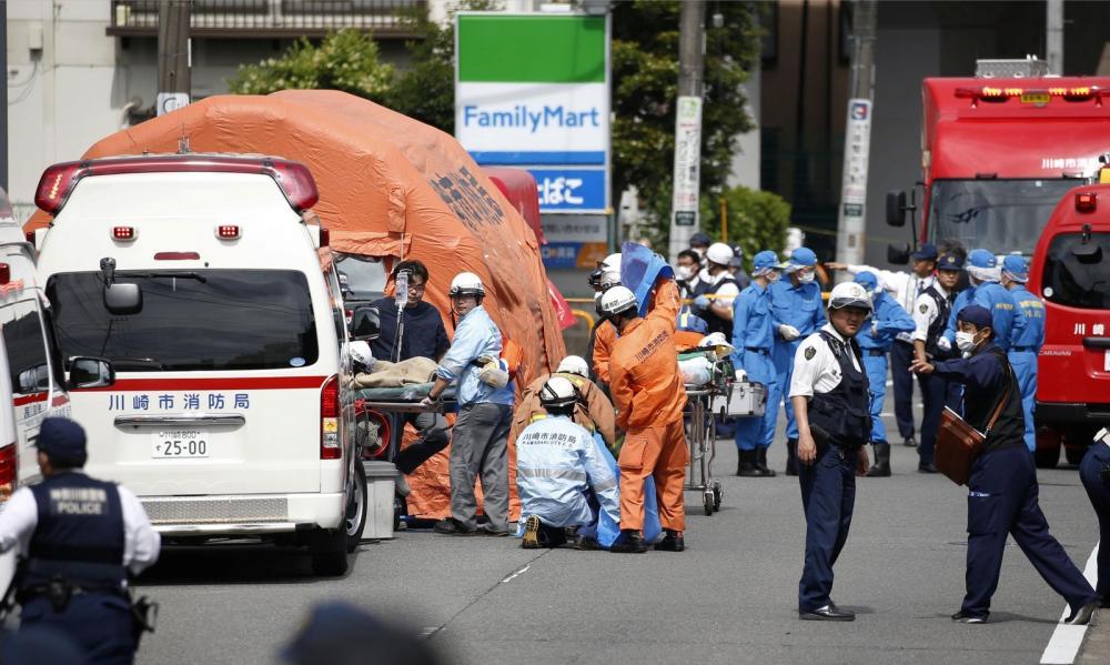 Bombeiros e médicos prestam socorros a vítimas de esfaqueamento em Kawasaki, no Japão — Foto: Kyodo/via Reuters
