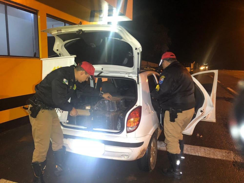Policiais acharam 278 kg de maconha no porta-malas de carro roubado, em Umuarama — Foto: Divulgação/PMPR
