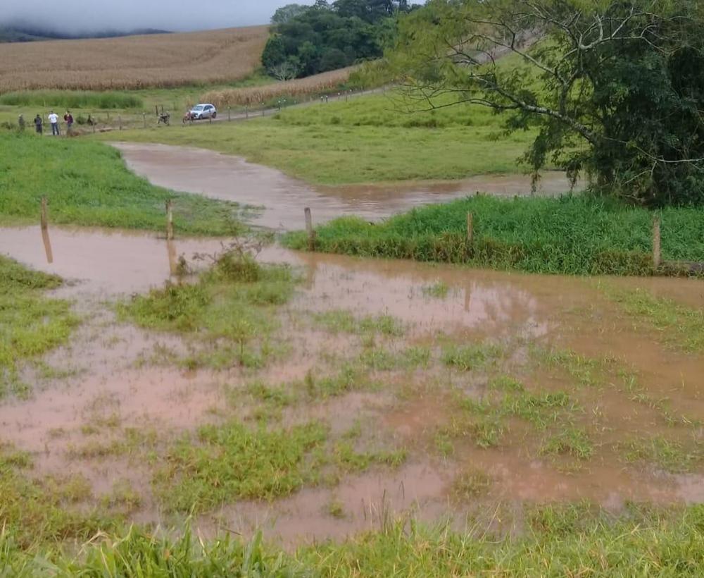 Bombeiros buscam por vítimas após carro cair em riacho; em Faxinal — Foto: PM/Divulgação