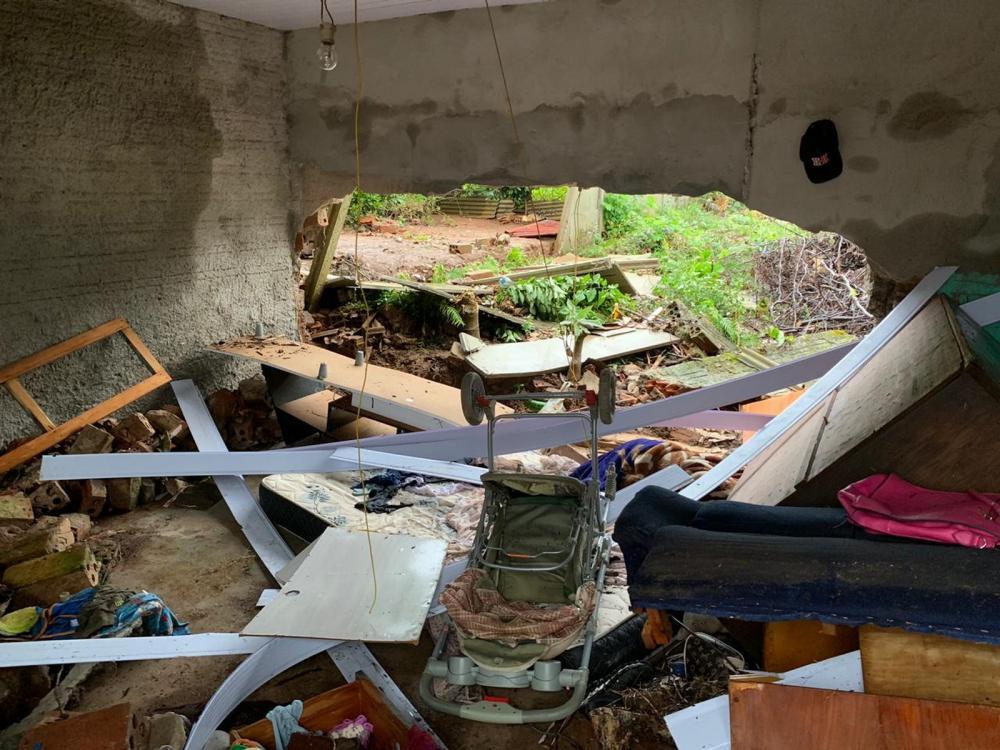 Casa onde o bebê que morreu, depois de ser arrastado pela chuva, morava — Foto: Murilo Souza/RPC