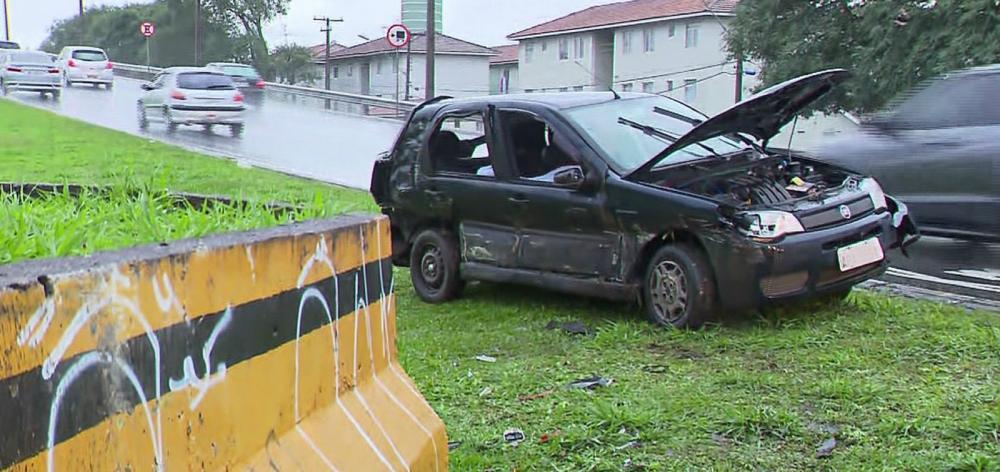 Mulher morreu após carro capotar na Avenida das Torres, em Curitiba — Foto: Reprodução/RPC