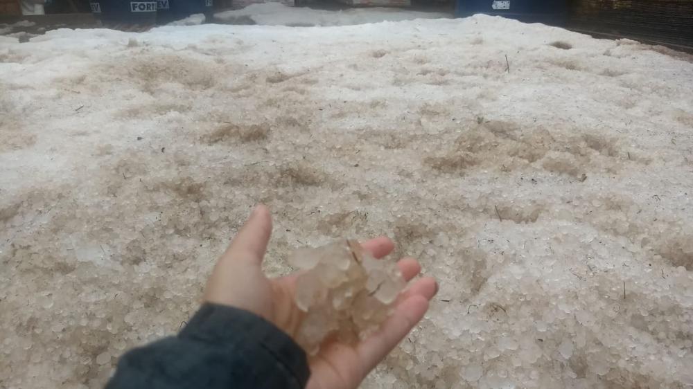 Chuva de granizo atingiu Rio Branco do Sul nesta quinta-feira (30) — Foto: Amanda Menezes/RPC