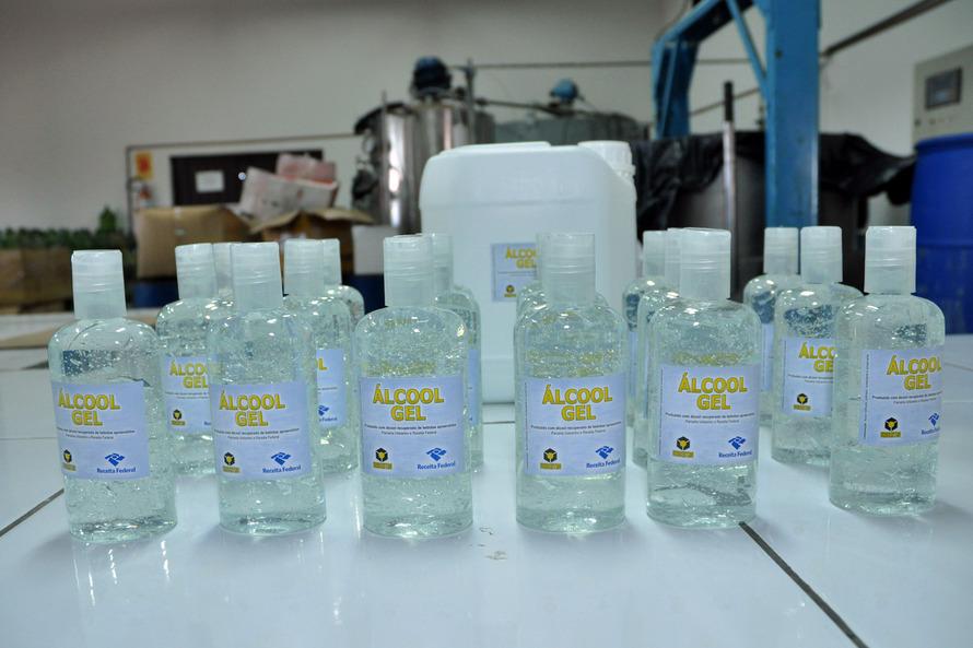 Desde 2008, a Agência de Inovação Tecnológica da Unicentro (Novatec) utiliza bebidas como vinho, cerveja, vodka e licor como matéria- prima para a produção de álcool etílico (líquido e em gel), usado para higienização e limpeza. Foto: Chuniti Kawamura - A