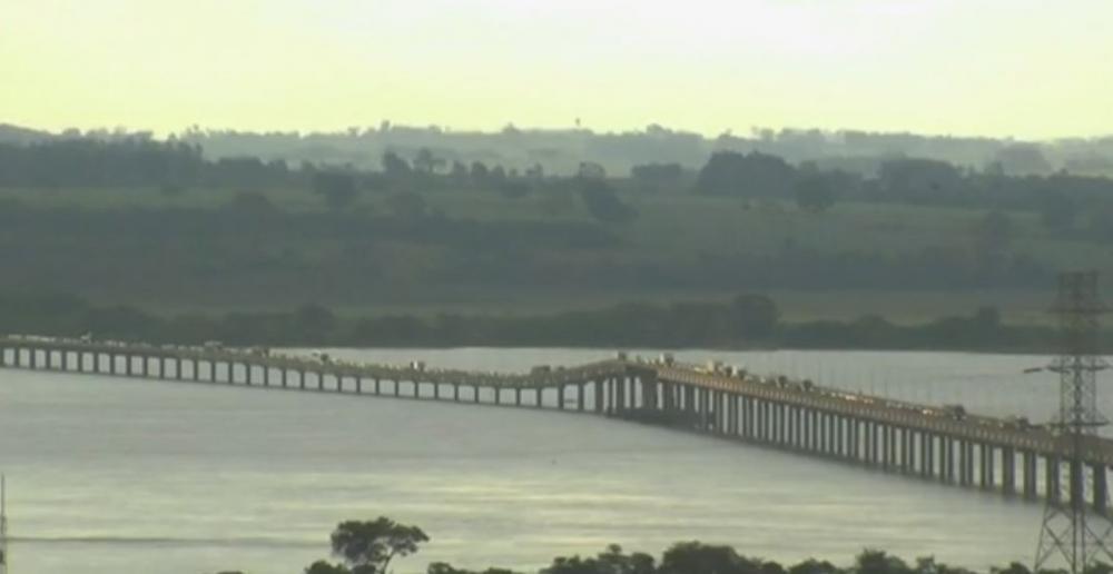 Perseguição foi registrada nesta sexta-feira (31), na Ponte Ayrton Senna, em Guaíra — Foto: Reprodução/RPC