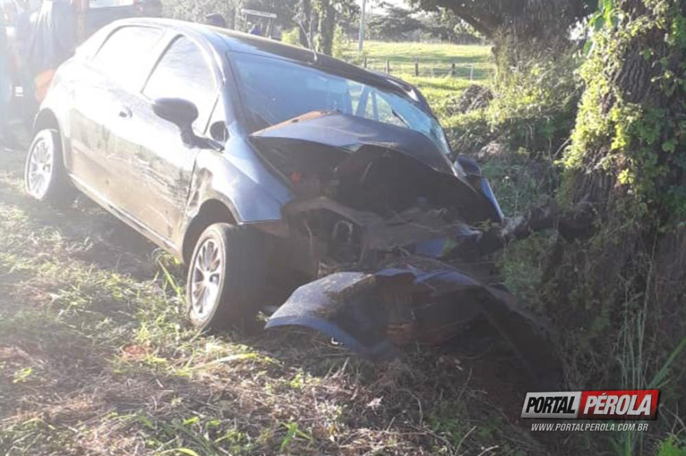 Jovem morre após colidir carro contra árvore nas margens da PR-496 em Altônia