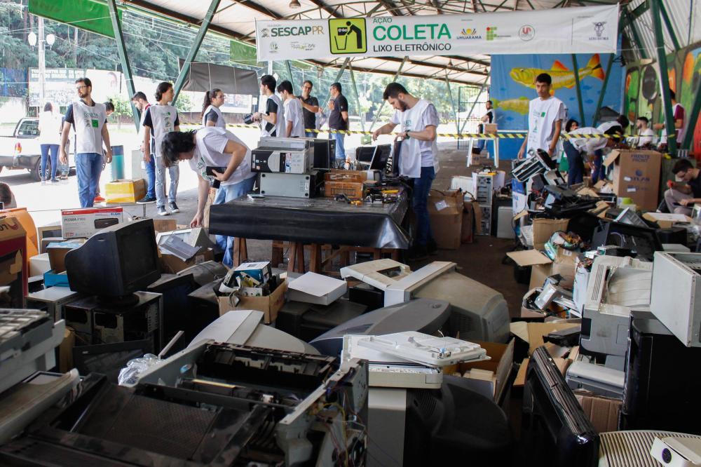 Acadêmicos fazem triagem dos equipamentos, verificando o que pode ser reaproveitado. Foto: Divulgação