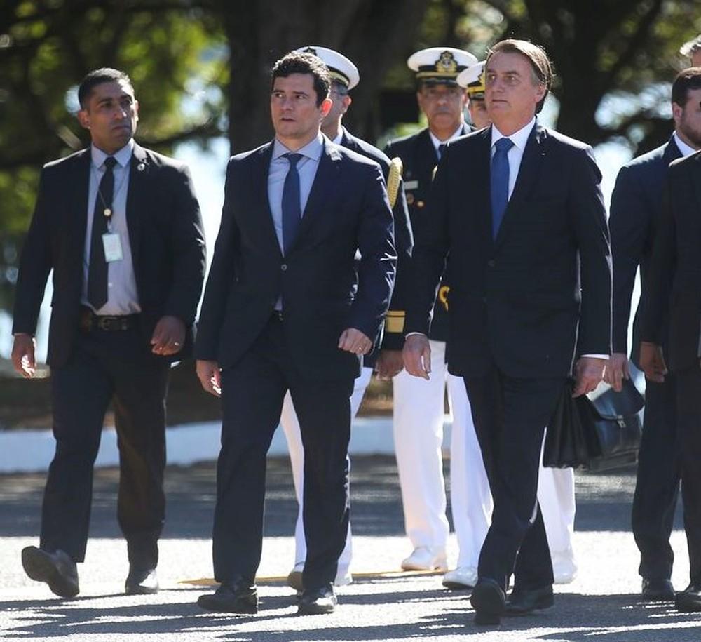 O ministro Sérgio Moro ao lado do presidente Jair Bolsonaro logo após o encontro no Palácio da Alvorada nesta terça (11) — Foto: Antonio Cruz/ Agência Brasil