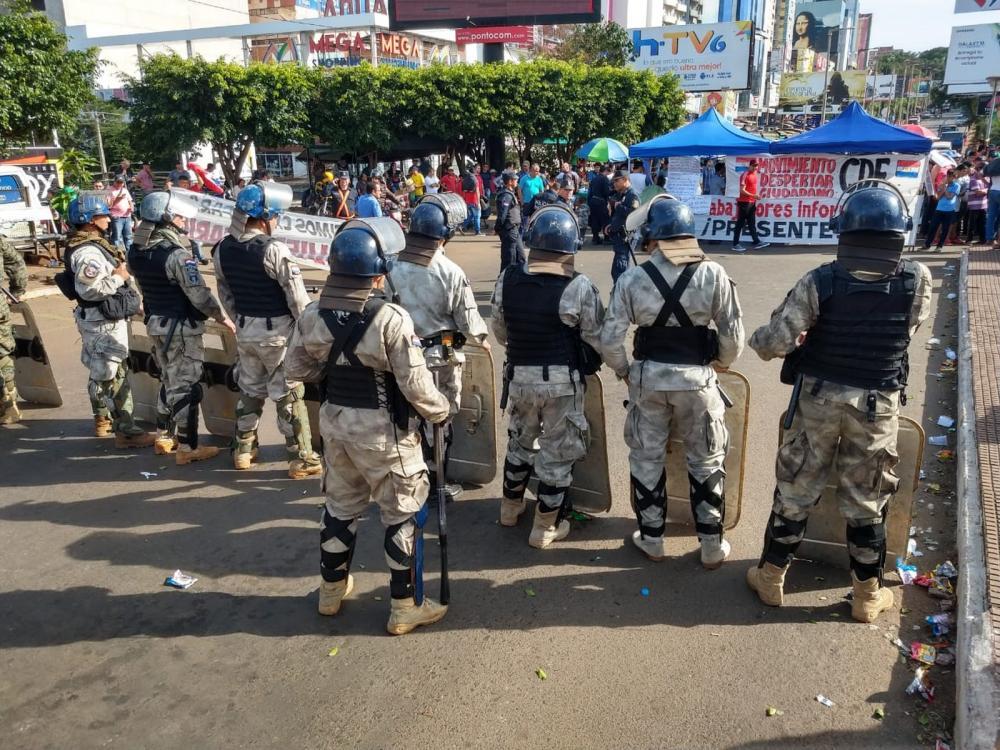 Policiais fazem um cordão de isolamento para impedir que manifestantes ocupem a Ponte da Amizade, do lado paraguaio da fronteira — Foto: Zito Terres/RPC