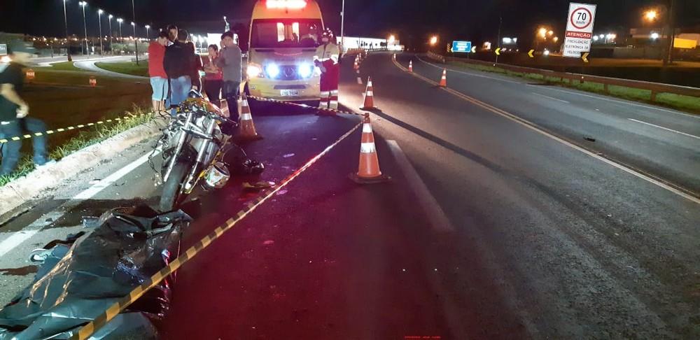 Segundo a Polícia Rodoviária Federal (PRF), o motociclista invadiu a pista contrária e foi atingido pelo carro — Foto: PRF/Divulgação