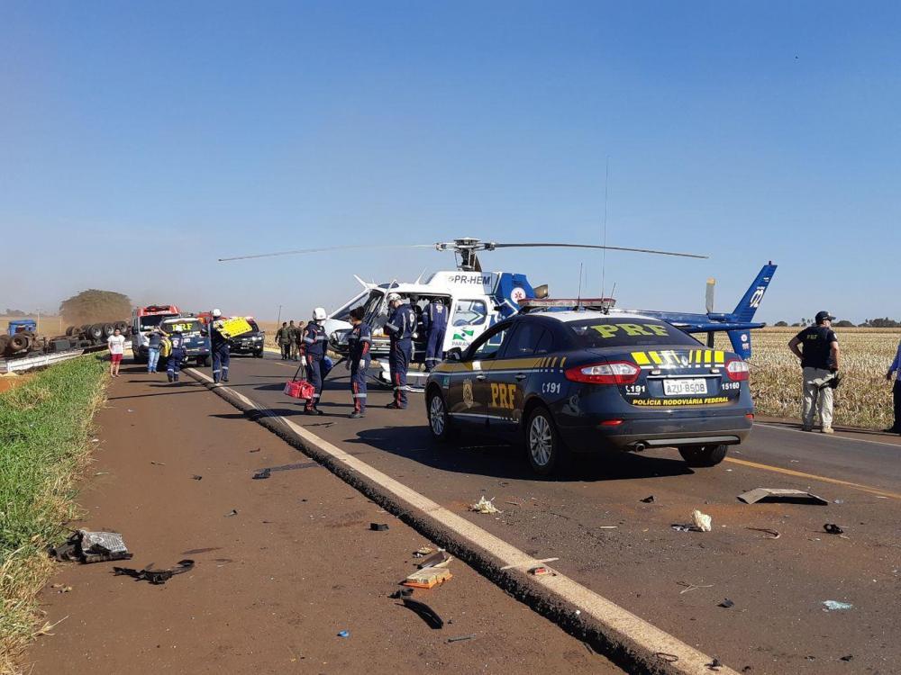O acidente na BR-163 entre uma carreta e uma caminhonte aconteceu por volta das 13h desta segunda-feira (17) — Foto: PRF/Divulgação
