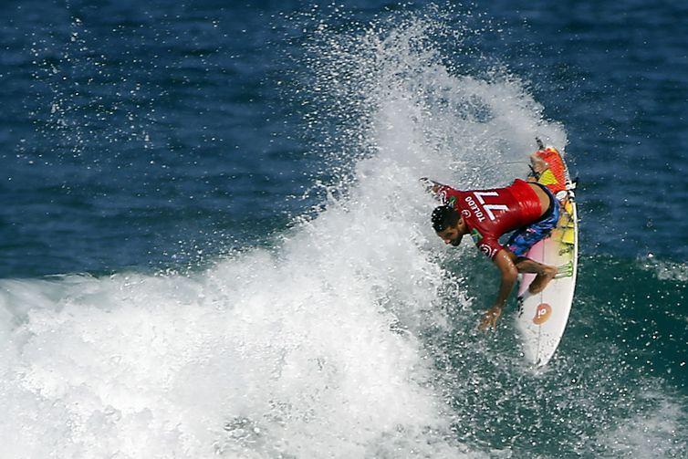 O surfista Filipe Toledo compete na etapa brasileira do Circuito Mundial de Surfe, na praia de Itaúna, em Saquarema, Rio de Janeiro. - Fernando Frazão/Agência Brasil