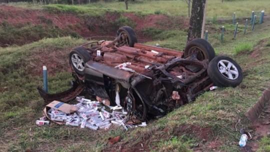 Homem morre após caminhonete carregada de cigarros capotar PR-496