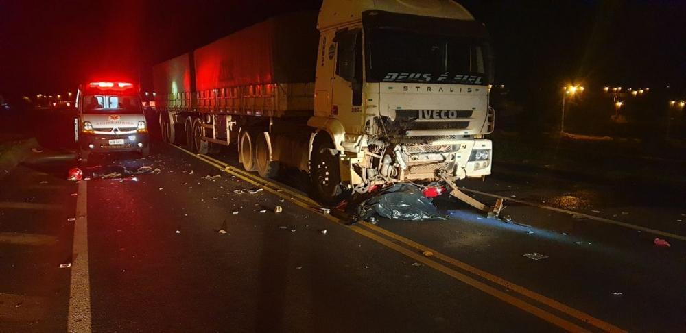 O motociclista, de 16 anos, e o passageiro, de 17 anos, morreram depois de a moto ser atingida pela carreta — Foto: PRF/Divulgação
