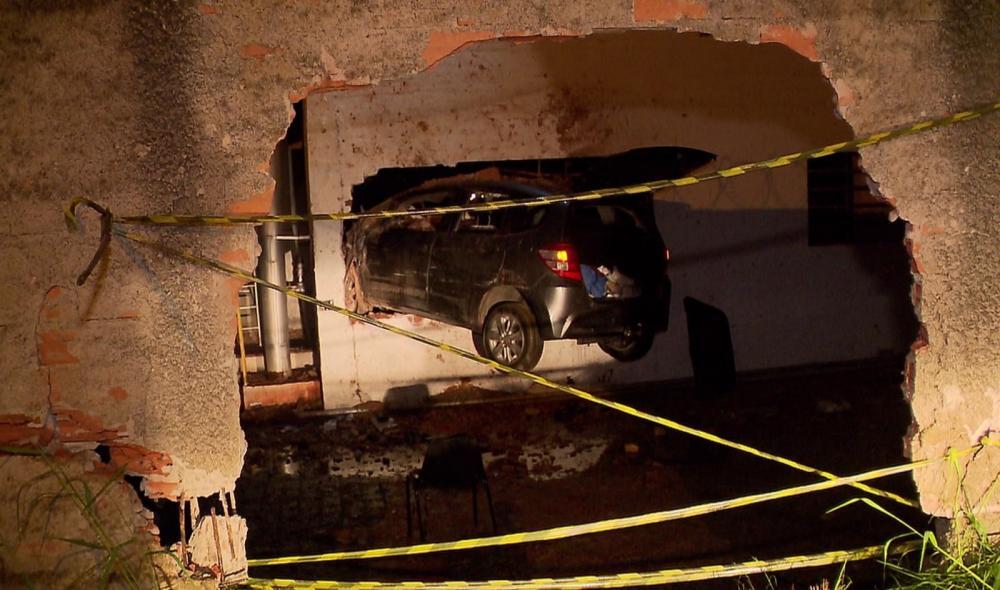 Carro atravessou muro e ficou pendurado em muro de empresa, na madrugada desta sexta-feira (5), em Curitiba — Foto: Tony Mattoso/RPC