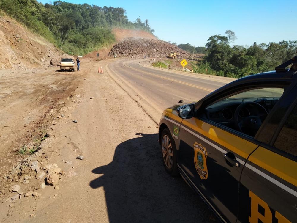 Na quinta-feira (4), a interdição foi em Capitão Leônidas Marques, próximo ao trevo de acesso a Alto Alegre do Iguaçu e Boa Vista da Aparecida — Foto: PRF/Divulgação