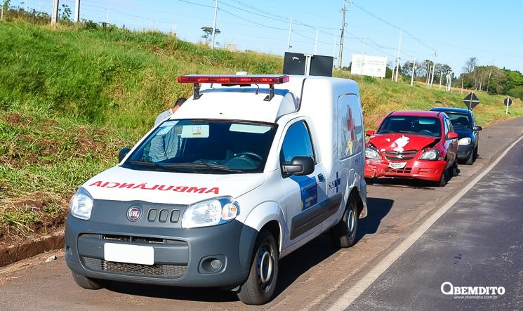 Carro colide na traseira de ambulância de Cafezal do Sul