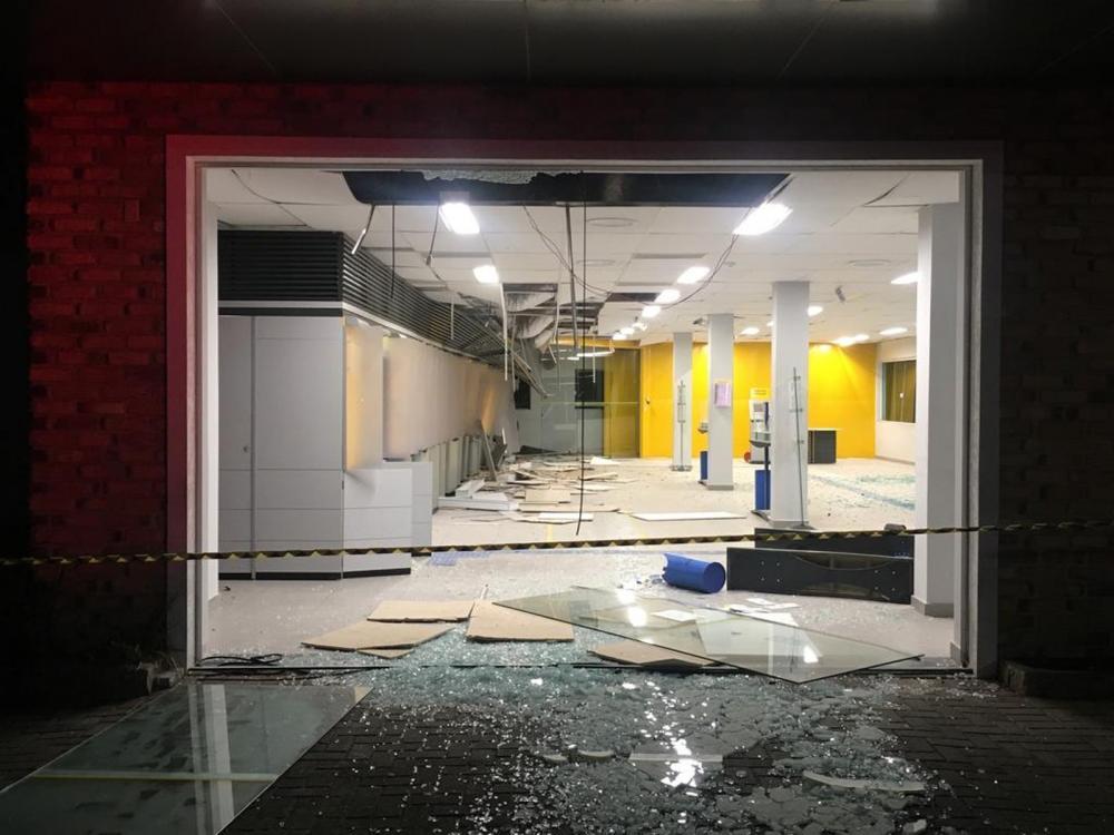 Agência bancária foi explodida por ladrões na madrugada desta segunda-feira (8) — Foto: Helen Anacleto/RPC