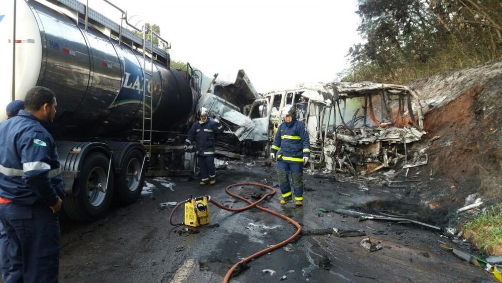 Após a batida, os dois veículos pegaram fogo — Foto: Corpo de Bombeiros/Divulgação
